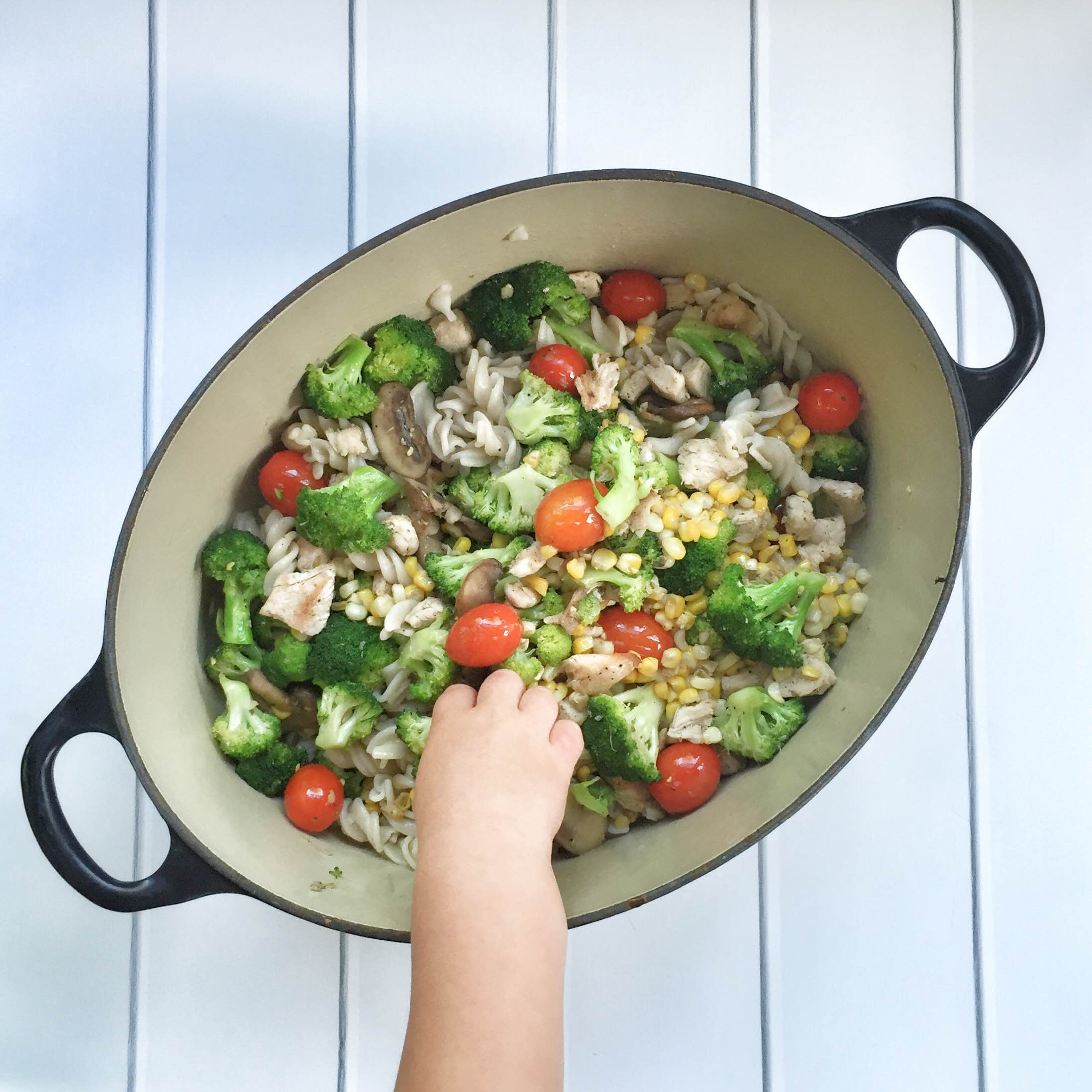 Simple summer pasta primavera | Garlic veggie pasta recipe | What's for dinner tonight? Try this super simple summer pasta recipe! GinaKirk.com @ginaekirk