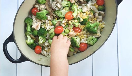 Simple summer pasta primavera | Garlic veggie pasta recipe | What's for dinner tonight? Try this super simple summer pasta recipe! GinaKirk.com @ginaekirk